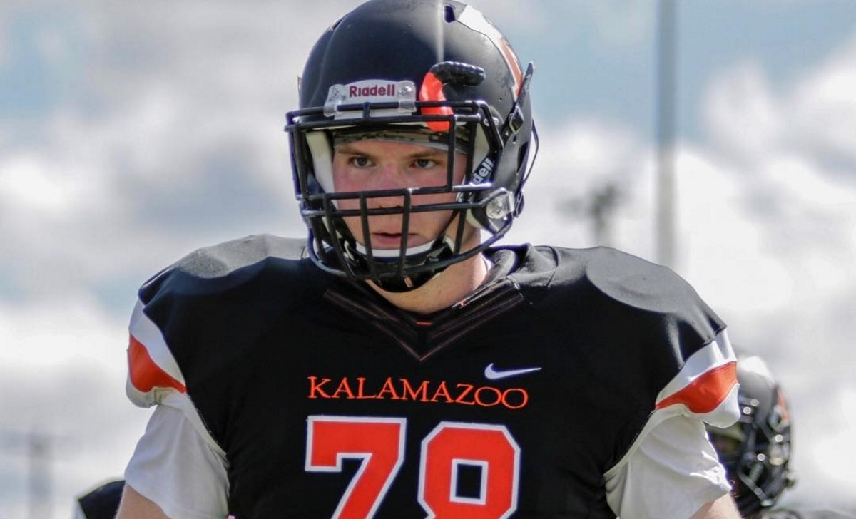 A photo of Christian Zeitvogelplaying football for Michigan's Kalamazoo College in the US