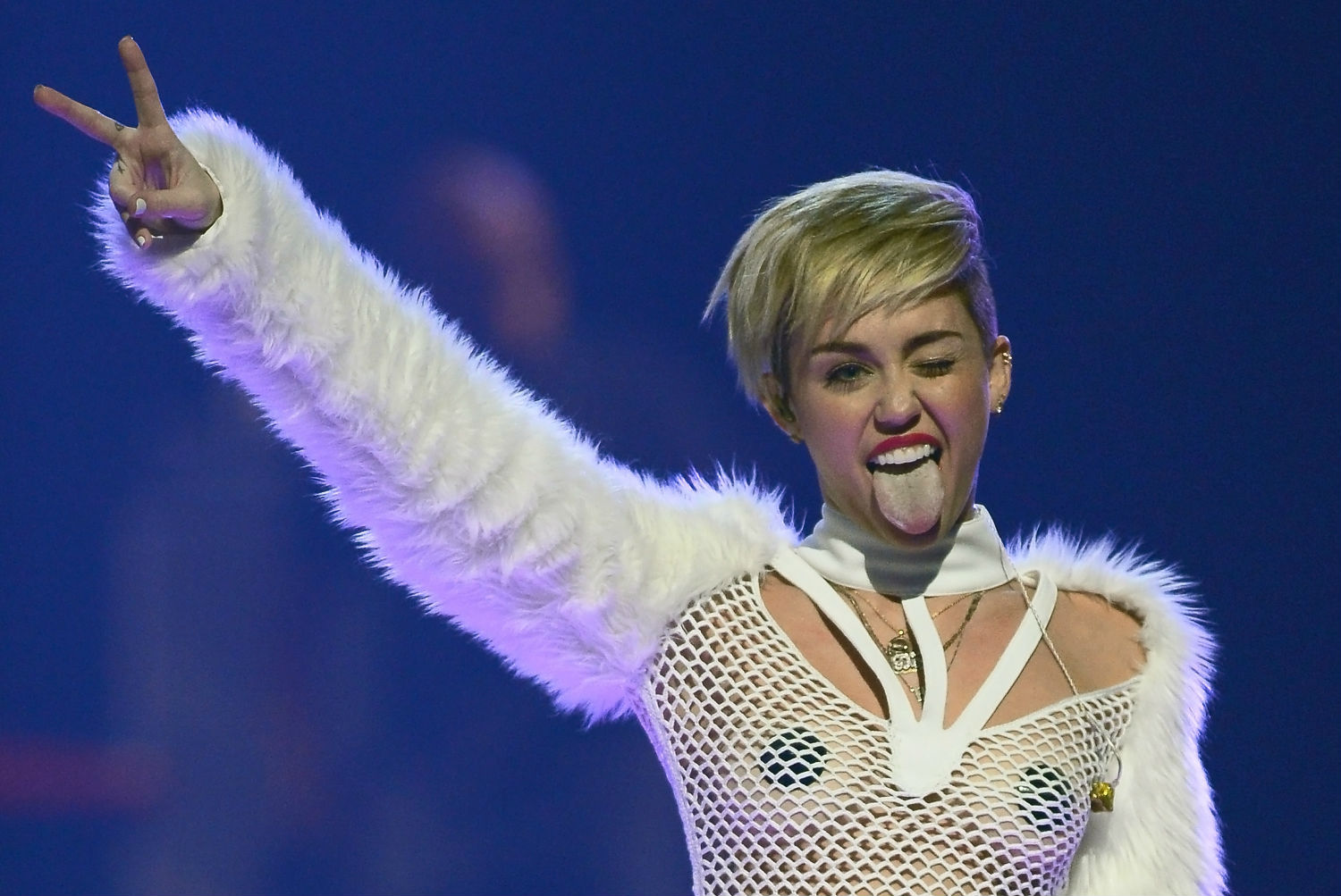 Miley cyrus told women they don't have to be gay because there are good men out there