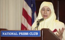 WASHINGTON, DC - JUNE 28: Dr. Wan Azizah Wan Ismail, president of Malaysia's National Justice Party, talks to reporters 28 June 2001 during a press conference at the National Press Club in Washington, DC. Ismail's husband, Anwar Ibrahim, former Malaysian deputy prime minister, has been detained in Malaysia since 1999. (Photo credit should read SHAWN THEW/AFP/Getty Images)