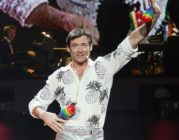 Hugh Jackman performs at the media call for 'The Boy From Oz'