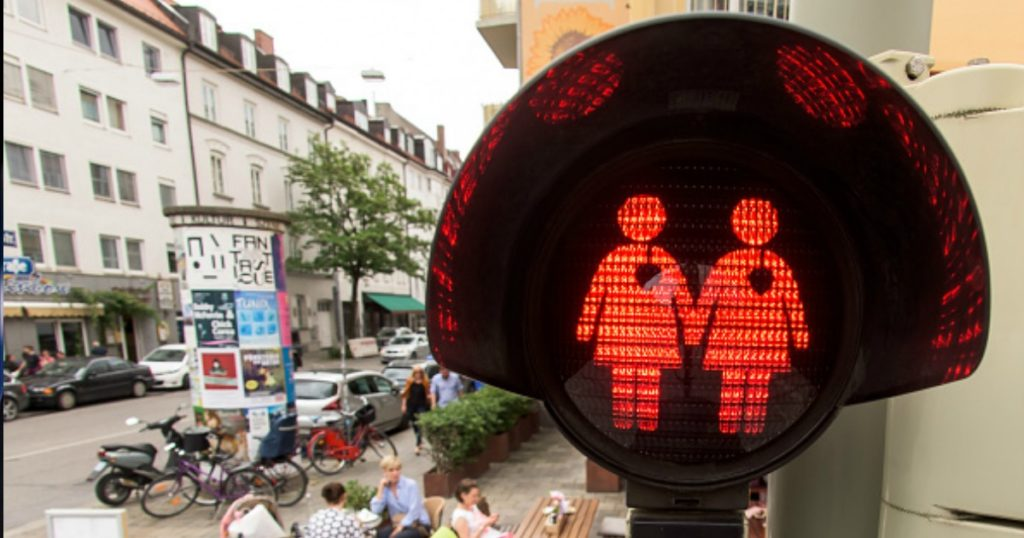 Same-sex traffic lights