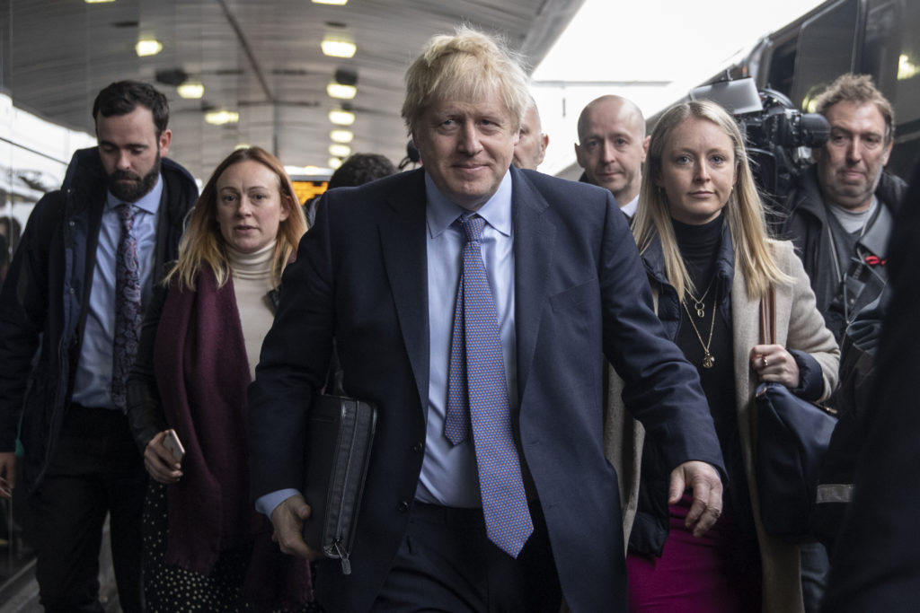Prime minister Boris Johnson departs a train in Wolverhampton as he travels to Telford for the launch of the Conservative Party election manifesto. (Dan Kitwood - POOL/Getty Images)