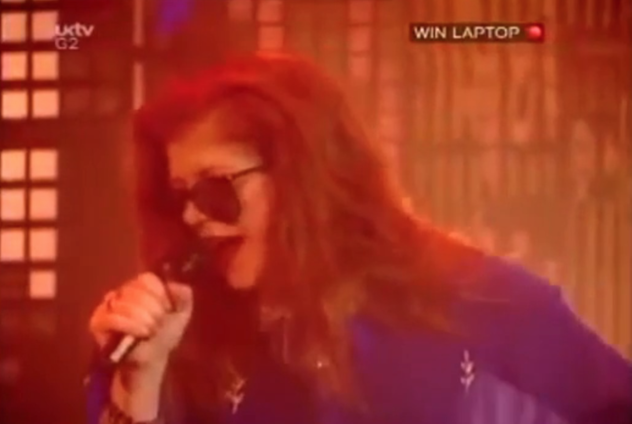 Singer Kirsty MacColl, who sang alongside The Pogues for a 'Fairytale of New York' cover, once changed a controversial lyric live on Top of the Pops in 1992. (Screenshot via YouTube)