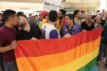 Dozens of LGBT+ people staged a defiant kiss-in after plaza security guards forced a gay couple to stop kissing in Mexico. (Israel Salazar/Twitter)