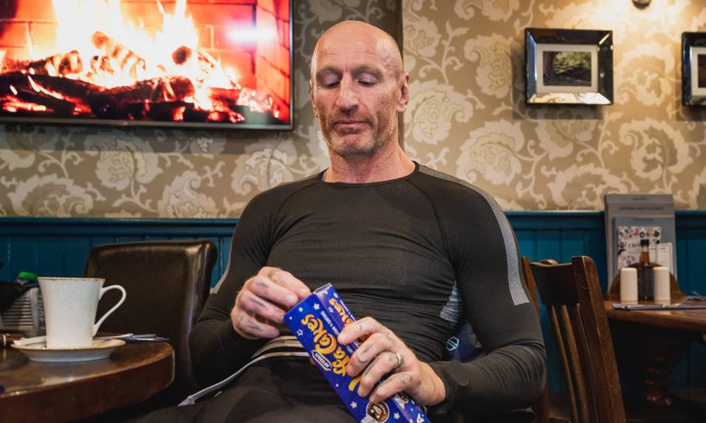 Gareth Thomas eating jaffa cakes