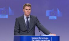 Christian Wigand speaks at a European Commission press briefing in a grey suit