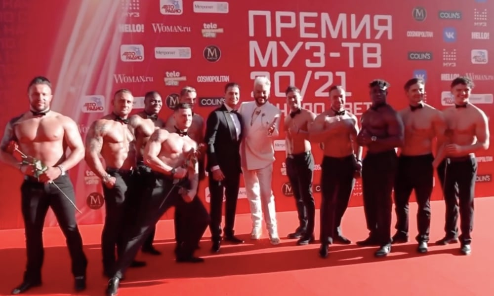 Russian rapper Dava and Filipp Kirkorov surrounded by muscular men